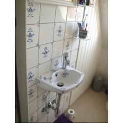 Gæstebad med håndmalet vask og fliser