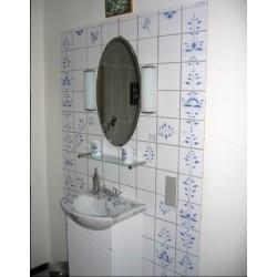 Gæstetoilet med håndmalede fliser og håndmalet vask