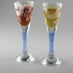 Håndmalet snapseglas med Hvid Sommerfugl og blå stilk