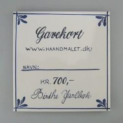 Gavekort ide - 700 kr. - skrevet på en håndmalet flise eller et kort