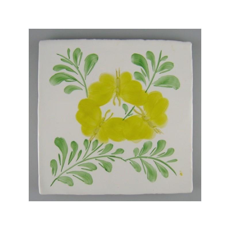 Lille gruppe af gule sommerfugle på grønne blade - håndmalet enkeltflise
