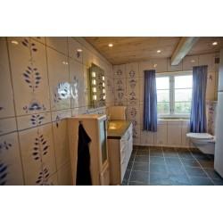 Badeværelse med store fliser