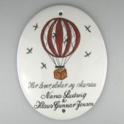 Ovalt navneskilt i porcelæn med ballon, fugle og navne