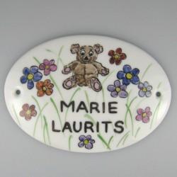 Ovalt skilt til børneværelse i håndmalet porcelæn - specialopgave