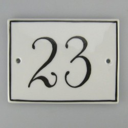 Firkantet husnummer i porcelæn med håndmalede tal