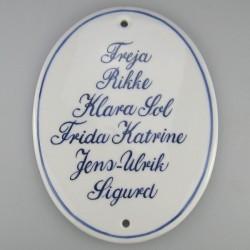 Ovalt skilt på højkant til familien med mange navne