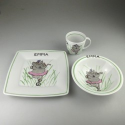 Børnestel / dåbsgave med navn i håndmalet porcelæn med cyklende elefant