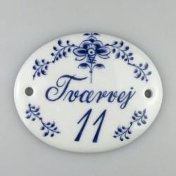 Porcelænsskilt med vejnavn og husnummer samt dekoration i Nostalgi-mønster