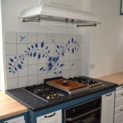 Beskyt væggen bag komfuret eller køkkenvasken med en flot flisedekoration