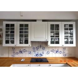 Køkkenvæg med håndmalede fliser i Nostalgi-mønster