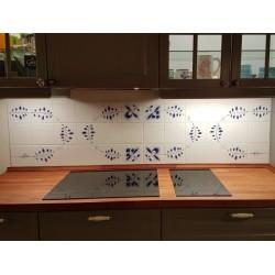 Lille køkkenvæg med håndmalede fliser med oval Nostalgi-dekoration