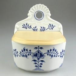 Væghængt saltkar med høj ryg i porcelæn med håndmalet dekoration Nostalgi