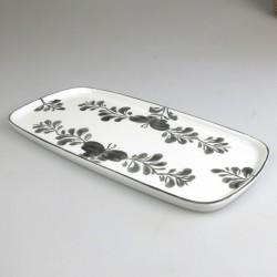 23 x 11,5 cm - Lille serveringsfad / tapasfad i håndmalet porcelæn med sort Sommerfugle-motiv