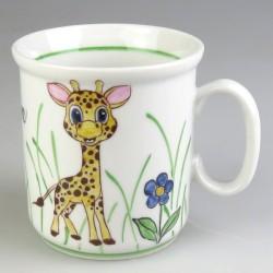 Håndmalet børnekrus med navn og en lille giraf (model A)