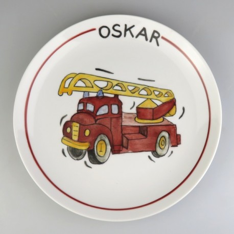 Flad rund børnetallerken med navn og en brandbil