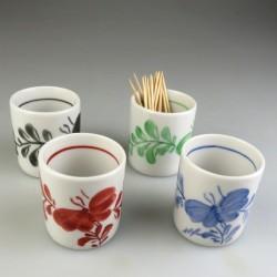Bægerformet tandstikholder i håndmalet porcelæn med dekoration Sommerfugl