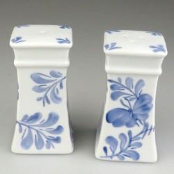 Salt og peber sæt, firkantet, i porcelæn med håndmalet dekoration i Sommerfuglemønstret