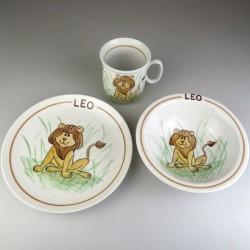 Børnestel / dåbsgave med navn i håndmalet porcelæn med løve som motiv