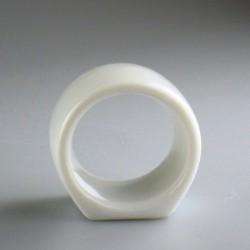 Rund servietring i porcelæn med håndmalet navn