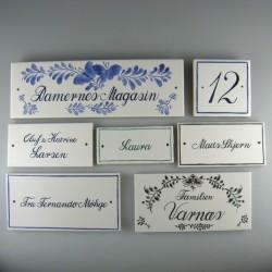 Til inspiration - skråskrift på firkantede håndmalede skilte i porcelæn, navneskilte til dør